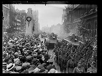 "Victory celebrations in England. Parade of British soldiers and tanks. London (England), on July 19, 1919. Photograph published in the newspaper ""Excelsior"", on Sunday, July 20, 1919. © Excelsior – L'Equipe/Roger-Viollet"