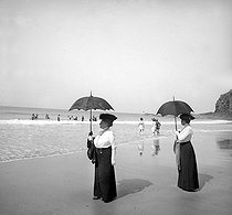 Women at the beach. Island of Jersey (United Kingdom), 1910. © Roger-Viollet