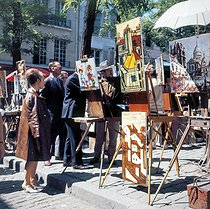 Painters and onlookers at the place du Tertre, in the district of Montmartre. Paris (XVIIIth arrondissement), 1968. © Collection Roger-Viollet / Roger-Viollet