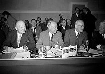 Harold Stassen, George Humphrey, J. Foster Dulles and Charles Wilson (from left to right), members of the American delegation, during a meeting of the N.A.T.O., in Paris, at the Palais de Chaillot, on April 23, 1953. © Roger-Viollet