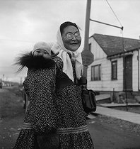 Inuit woman with her baby. Nome (Alaska). © Roger-Viollet