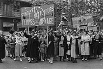 Popular Front. Bastille Day parade : cleaning ladies, window cleaners... members of the C.G.T. (General Confederation of Workers, French union). Paris, on July 14, 1936. © Collection Roger-Viollet/Roger-Viollet