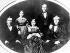 """John Davison Rockefeller (1839-1937), industriel américain et créateur de la compagnie pétrolière """"Standard Oil"""" (connue plus tard sous le nom de """"Shell"""", puis d'""""ExxonMobil""""), posant avec son épouse Laura Spelman Rockefeller, et leur famille. Etats-Unis, 10 février 1862. © TopFoto / Roger-Viollet"""