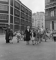 Mothers and grandmothers taking their children home for lunch, after a morning at school in the rue d'Eble. Paris (VIth arrondissement), 1954. Photograph by Janine Niepce (1921-2007). © Janine Niepce/Roger-Viollet