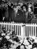 Jackie Kennedy et Robert Kennedy se recueillant sur la tombe du défunt président John Fitzgerald Kennedy. Cimetière national d'Arlington (Etats-Unis), 19 mars 1967. © TopFoto / Roger-Viollet