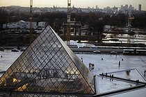Louvre museum, the Pyramid at nightfall. Architect : Ieoh Ming Pei (1917-2019). Paris (Ist arrondissement), 1992. © Jean-Pierre Couderc / Roger-Viollet