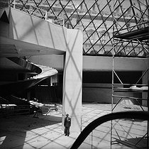 Daniel Commins, French acoustician, during the construction of the Pyramid of the Louvre. Paris, August 1988. © Kathleen Blumenfeld / Roger-Viollet