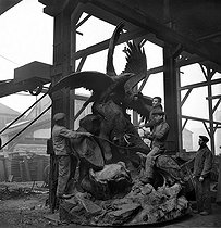 World War II. German occupation. Destruction of statues to recycle the metal. The bear and the eagle. Paris, 1941. © Pierre Jahan/Roger-Viollet