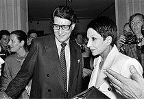 Yves Saint Laurent (1936-2008), French fashion designer, and Zizi Jeanmaire (born in 1924), French ballet dancer. Paris, Saint-Laurent exhibition, Musée de la mode, on March 23, 1986. © Carlos Gayoso / Roger-Viollet
