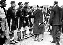 Amateur French championship of football (Jules Rimet challenge). Jules Rimet (1874-1956), French sport leader, shaking hands with the players. Paris, Porte de Montreuil. © Roger-Viollet