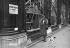 Guerre 1939-1945. Parisienne devant un magasin de chaussures, 1939.      © Albert Harlingue/Roger-Viollet
