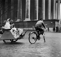 World War II. Wedding on a cycle taxi, at the place de la Madeleine. Paris, December 1941. © LAPI / Roger-Viollet