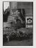 Parvis de Notre-Dame. Hommage à Anna Politkovskaïa (1958-2006), journaliste russe assassinée. Paris (IVe arr.), 11 octobre 2006. Photographie de Catherine Deudon (née en 1940). Paris, Bibliothèque Marguerite Durand. © Catherine Deudon / Bibliothèque Marguerite Durand / Roger-Viollet