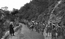 Spanish Civil War (1936-1939). Spanish soldiers of the Nationalist army taking refuge in France, under the control of French policemen, 1939. © LAPI/Roger-Viollet