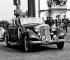 Le général De Gaulle dans une berline découverte Horch (Auto-Union). Paris, Arc de triomphe, 8 mai 1954.     © LAPI/Roger-Viollet