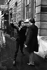 """Johnny Rotten (né en 1956), chanteur et musicien anglais du groupe """"Sex Pistols"""", faisant le signe de la victoire après sa condamnation à une amende de £40 pour détention de drogues par le tribunal. Londres (Angleterre), Marylebone Magistrates Court, 11 mars 1977. © PA Archive/Roger-Viollet"""