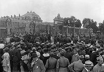 Crowd in front of the Palace of Versailles for the signing of the Treaty of Versailles (France), on June 28, 1919. © Maurice-Louis Branger/Roger-Viollet