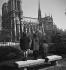 Enfants devant Notre-Dame de Paris. Paris, mars 1949. © Roger-Viollet