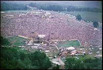 Vue aérienne du festival de Woodstock. Photographie de Lisa Law. Bethel (Etats-Unis), août 1969.  © Lisa Law / The Image Works / Roger-Viollet