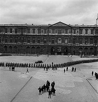 World War II. Liberation of Paris. Germans prisoners outside the Palais du Louvre (cour Carrée). Paris (Ist arrondissement), August 25, 1944. Photograph by Jean Roubier (1896-1981). © Fonds Jean Roubier/Roger-Vio