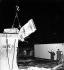 Chute du mur de Berlin. Démolition du mur près de la porte de Brandebourg. Allemagne, printemps 1990. © Ullstein Bild / Roger-Viollet