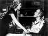 """""""Fenêtre sur cour"""", film d'Alfred Hitchcock. Grace Kelly et James Stewart. Etats-Unis, 1954. © TopFoto / Roger-Viollet"""