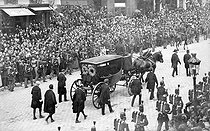 Victor Hugo's funeral. Transfer of his corpse at the Pantheon on June 1st, 1885. The coffin going down the rue Soufflot.      © Neurdein/Roger-Viollet