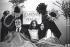 John Lennon (1940-1980), chanteur britannique, Yoko Ono (née en 1933), artiste japonnaise, et  Eamonn Andrews (1922-1987), présentateur de télévision irlandais, dans un lit dans l'émission Today de la Thames Television. Le couple venait de passer une semaine au lit à l'hôtel Hilton d'Amsterdam (Pays-Bas) pour protester contre la violence dans le monde. Londres (Royaume-Uni), 1er avril 1969.  © TopFoto / Roger-Viollet