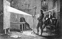 Isaac Newton (1642-1727), English mathematician, physicist and astronomer, decomposing light with a glass prism. Engraving by Froment after Guillon (19-th century). © Roger-Viollet