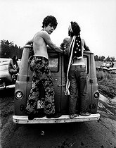 Jeunes gens arrivant au festival de Woodstock (New York), 1969.  © Michael Fredericks / The Image Works / Roger-Viollet