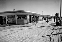 The wooden boardwalk (Planches). Deauville (France), in the 1950's. © CAP / Roger-Viollet