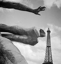 1937 World Fair in Paris. The Eiffel tower taken from the pavilion of USSR. © Pierre Jahan/Roger-Viollet