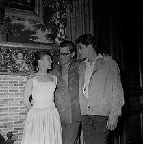 "French director Yves Allégret with Alain Delon and Sophie Daumier during the shooting of Shooting of ""Quand la femme s'en mêle"", film by Yves Allégret (1957), after a novel by Jean Amila (1956). France, 1957. © Alain Adler / Roger-Viollet"