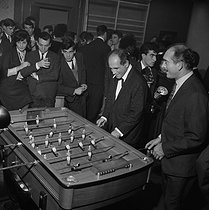 Léo Ferré (1916-1993), French singer-songwriter, and Eddie Barclay (1921-2005), French music producer, playing table football. © Claude Poirier / Roger-Viollet