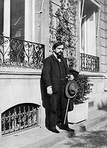 Claude Debussy (1862-1918), French composer, in front of his house, avenue du Bois (present avenue Foch). Paris (XVIth arrondissement), 1910. © Roger-Viollet