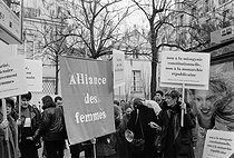 Demonstration of women's organisations in front of the Senate in support of male-female parity. Paris (France), March 1999. © Janine Niepce/Roger-Viollet