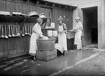 World War I. Women washing dishes in the barracks, in 1916.  © Jacques Boyer/Roger-Viollet