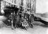 Guerre 1914-1918. Le baron Manfred von Richthofen (1892-1918, dans le cockpit), aviateur allemand, avec les membres de son escadron. Près de lui, le lieutenant Schäfer. Debout de droite à gauche, les lieutenants Brauneck, Simon, Wolff, le sous-officier Fest, le lieutenant Hintsch. Assis, les lieutenants Krefft et Esser. Début 1917. © Ullstein Bild / Roger-Viollet