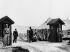Guerre de Corée (1950-1953). Entrée du camp où se déroulent les négociations de cessez-le-feu. Pan Mun Jom (Corée du Nord), le 6 avril 1953. © Ullstein Bild / Roger-Viollet