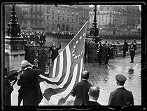 "World War I. The American thirteen-star flag, given by the city of Philadelphia on the occasion of the anniversary of the birth of La Fayette, hoisted at Paris city hall, on September 6, 1917. Photograph published in the newspaper ""Excelsior"" of Friday, September 7, 1917. © Excelsior – L'Equipe/Roger-Viollet"