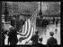 """Guerre 1914-1918. Le drapeau américain aux treize étoiles, offert par la ville de Philadelphie à l'occasion de l'anniversaire de la naissance de La Fayette, est hissé sur l'Hôtel de Ville de Paris (IVème arr.), le 6 septembre 1917. Photographie parue dans le journal """"Excelsior"""" du vendredi 7 septembre 1917. © Excelsior – L'Equipe/Roger-Viollet"""