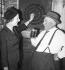 Margaret Thatcher (1925-2013), femme politique britannique, jouant aux fléchettes dans un bar. Finchley (Angleterre), 25 septembre 1959. © PA Archive / Roger-Viollet