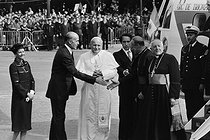 Pope John-Paul II (1920-2005), greeted on the Champs-Elysées by the president of the French republic and his wife. Paris, on June 1st, 1980. © Jacques Cuinières / Roger-Viollet