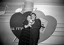 Valentine's Day lovers, on February 14, 1953. © Roger-Viollet