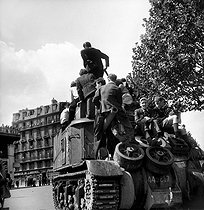 World War II. Liberation of Paris. Parisians on a tank from the 2nd Armored Division commanded by General Leclerc, on August 25, 1944. © Pierre Jahan/Roger-Viollet