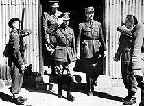 King George VI and General de Gaulle inspecting a camp of the Free French Forces. England, August 1940.    © Roger-Viollet