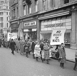 Manifestation contre l'envoi d'armes nucléaires vers l'Allemagne. Convoi se dirigeant vers le 10 Downing Street, résidence du premier ministre Harold Macmillan. Londres (Angleterre), 31 janvier 1960. © TopFoto/Roger-Viollet