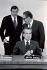 de gauche à droite : Donald Rumsfeld (né en 1932), conseiller spécial des Etats-Unis, Henry Kissinger (né en 1923), conseiller à la sécurité nationale américaine et Richard Nixon (1913-1994), président des Etats-Unis. 1969. © TopFoto/Roger-Viollet