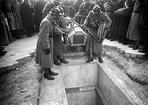 "Entombment of the Unknown Soldier under the Arc de Triomphe, place de l'Etoile. Paris (VIIIth arrondissement), on January 28, 1921. Photograph from the collections of the newspaper ""Excelsior"". © Roger-Viollet"