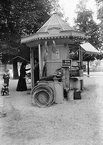 Kiosk in the Luxembourg Gardens. Paris, 1908. © Maurice-Louis Branger/Roger-Viollet